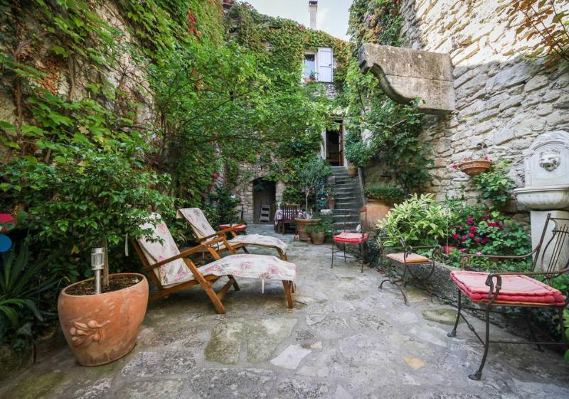 Courtyard - Charming Provence Rental with a Grill, Garden, and Balcony - Forcalquier - rentals