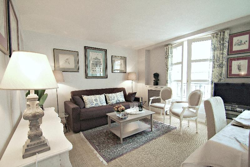 Living room, tastefully decorated. Apartment renovated & equipped in 2012/13. - Eiffel View from Parisian Vacation Rental - Paris - rentals