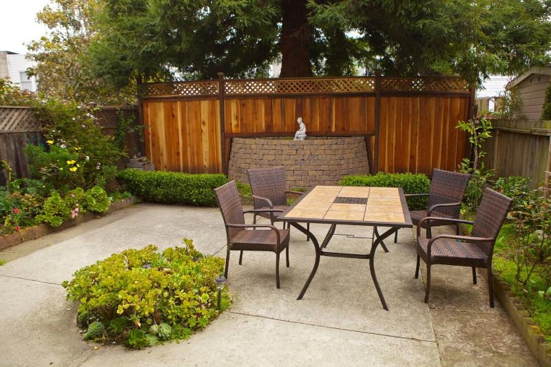 Comfortable, modern, newly renovated 2-BD w. sunny garden. A short walk to BART, light rail, buses. - Modern, quiet 2-BD w. garden near BART and MUNI - San Francisco - rentals