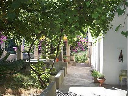 H(4+1): courtyard - 4140 H(4+1) - Mali Iz (Island Iz) - Mali Iz - rentals