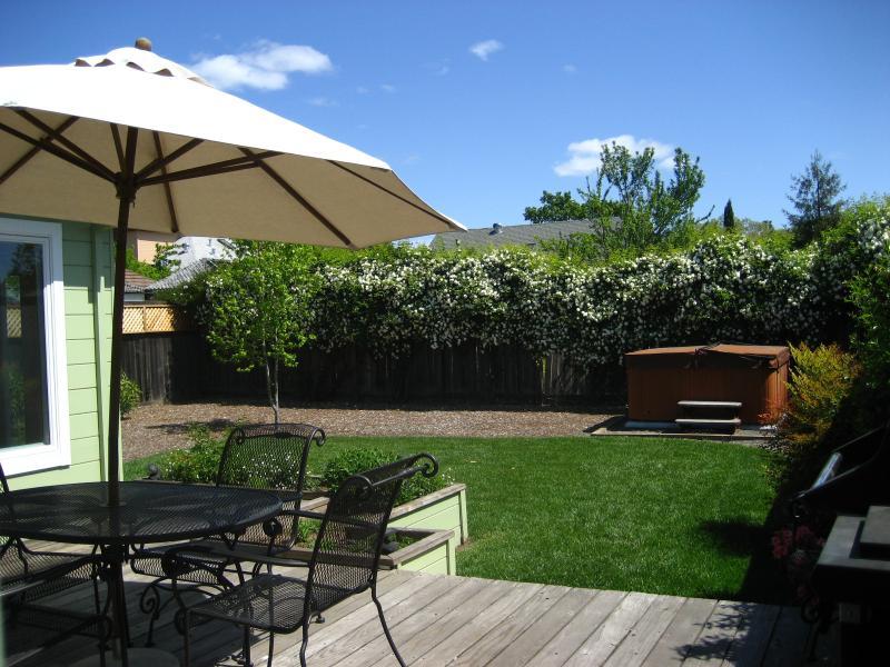 Deck, garden, and hot tub - Cottage Sonoma - at Sonoma's Historic Town Square - Sonoma - rentals