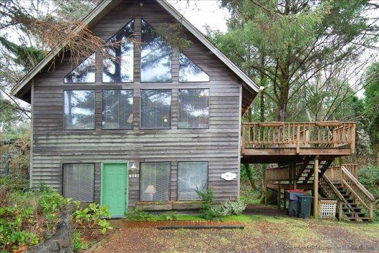 Hemlock House is a Tolovana Park pet friendly home just 2 blocks to the beach 4 bedroom 2 bath sleeps 10 - 50000 - Image 1 - Cannon Beach - rentals