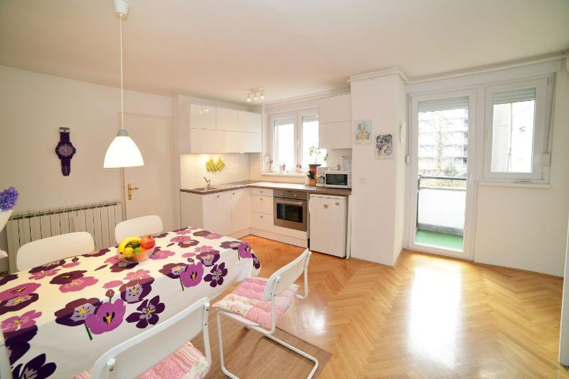 Spacious kitchen with dining area and access to the balcony - Central Apartment Pen Factory - Zagreb - rentals