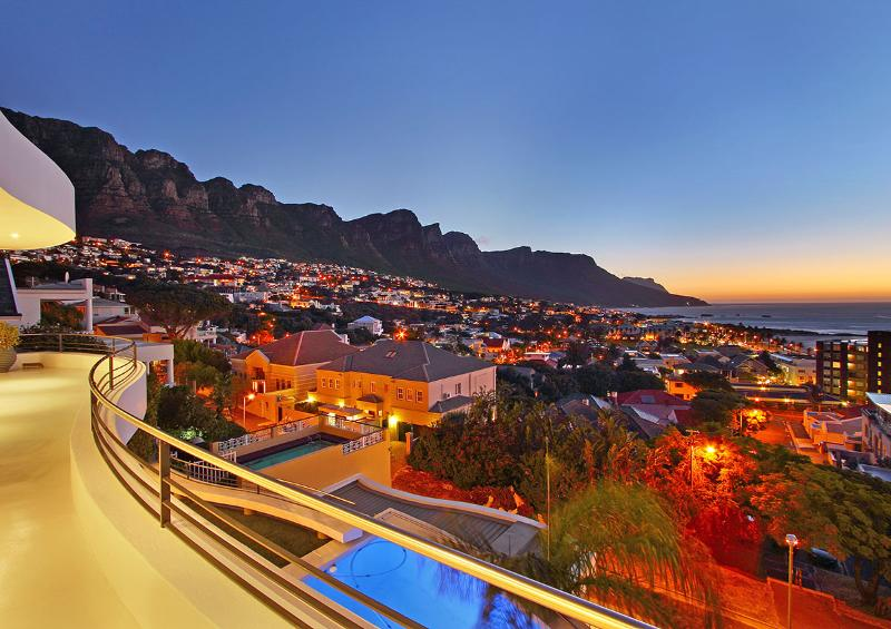 Panoramic sea and mountain views - Strathmore Delight: walk to beach position... - Camps Bay - rentals