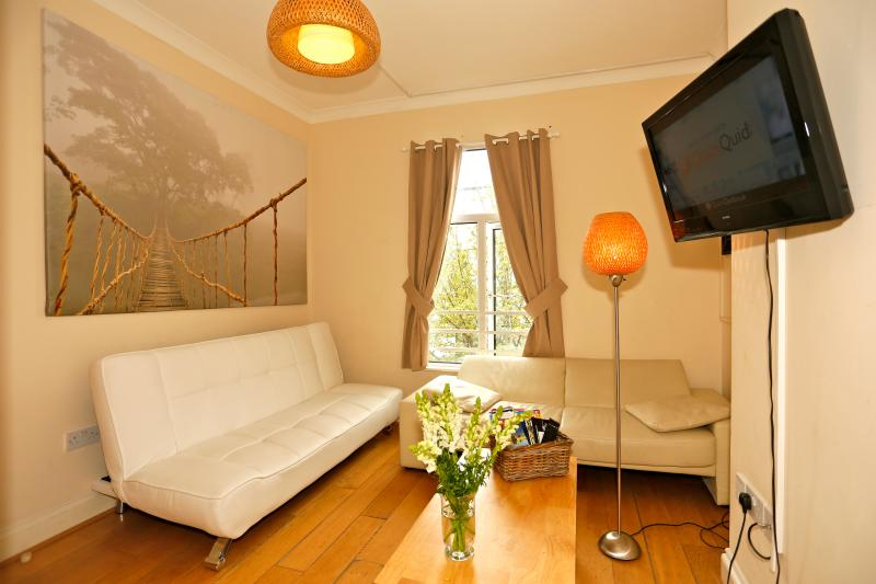 Stunning 4 bed flat across Emirates - Image 1 - London - rentals