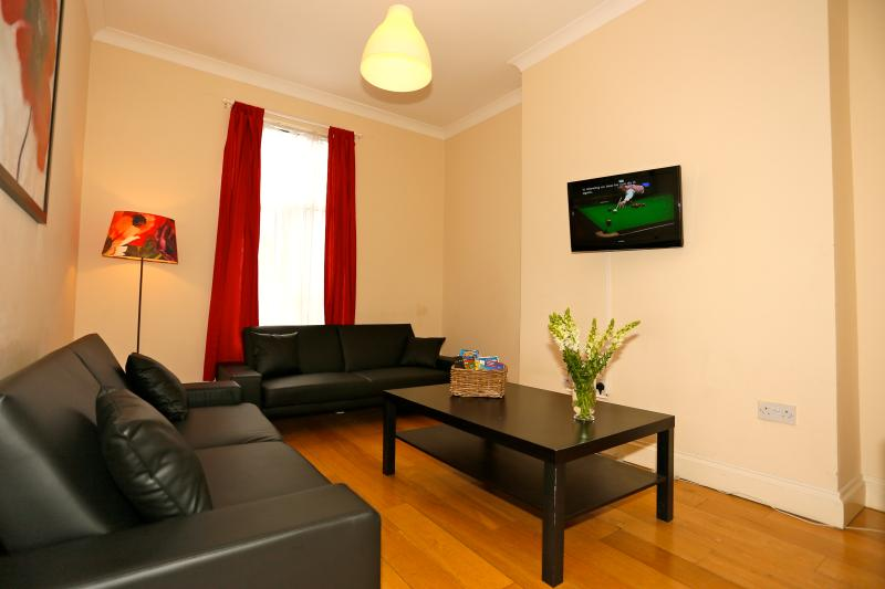 Sunny 2 bed flat across from Emirates - Image 1 - London - rentals