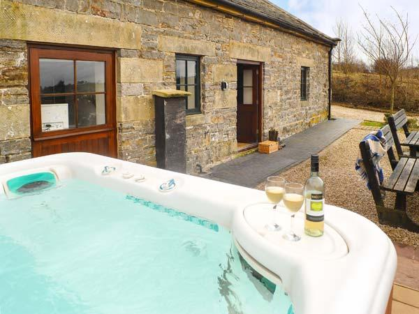 VALLEY VIEW BARN hot tub, en-suite bathrooms, pet-friendly in Tissington Ref 11810 - Image 1 - Tissington - rentals