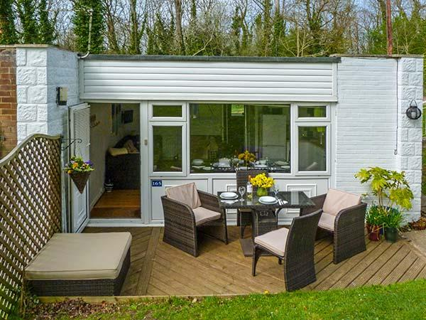 WILLOW VIEW COTTAGE family friendly, with pool in Gurnard Pines, Isle Of Wight, Ref 18122 - Image 1 - Cowes - rentals