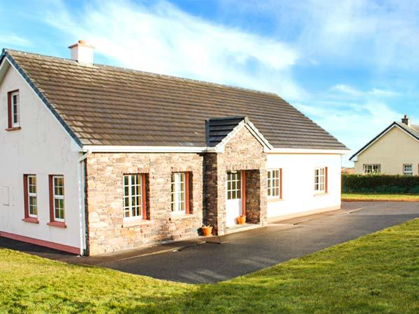 FUCHSIA LODGE, family friendly, country holiday cottage, with a garden in Ballyferriter, County Kerry, Ref 4328 - Image 1 - Ballyferriter - rentals