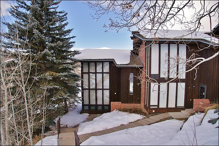 Exterior View of this end unit townhome with lots of tall windows. - 150 Yards to the Ski Slopes - Low Rates, Great Value (2852) - Steamboat Springs - rentals