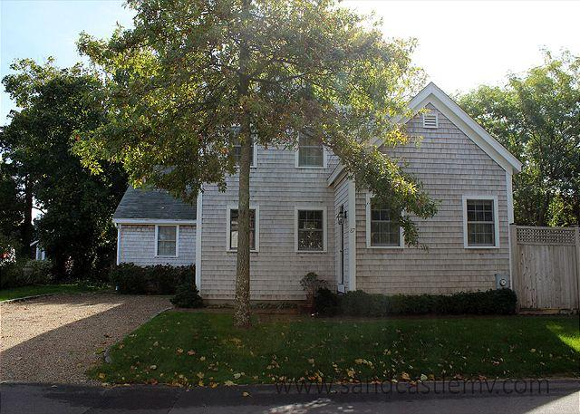 LIGHT & AIRY HOME LOCATED IN TOWN EDGARTOWN - Image 1 - Edgartown - rentals