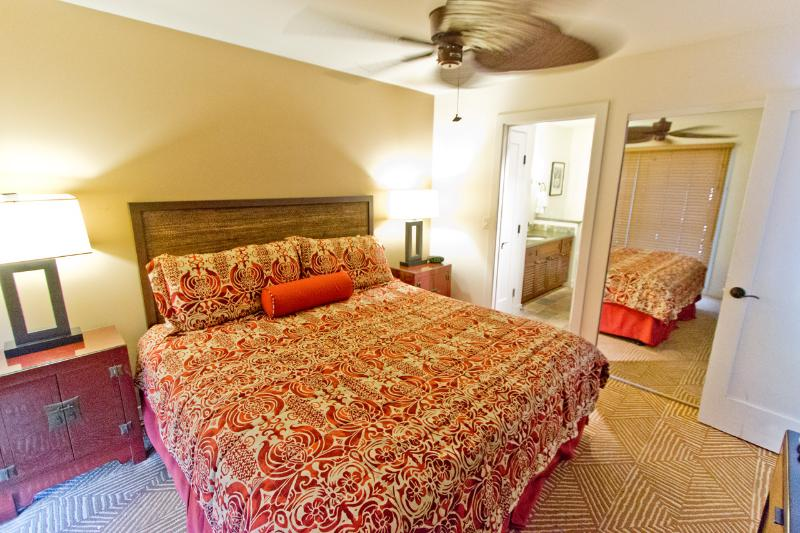 Master bedroom - Aina Nalu 2BR Lahaina; Quiet 1 block from Front St - Lahaina - rentals