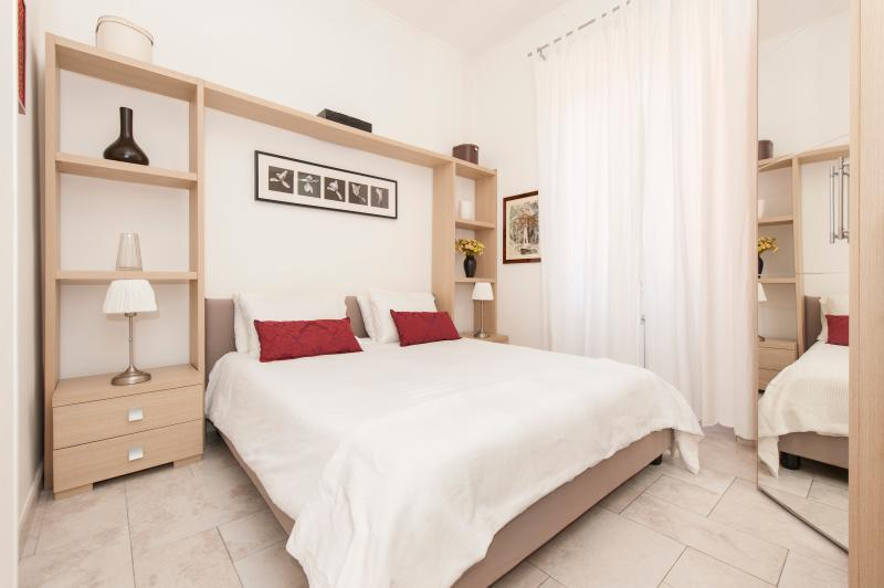 BEDROOM WITH QUEEN SIZE BED - ROMAN HOLIDAY APARTMENT IN ROME CITY CENTER - Rome - rentals
