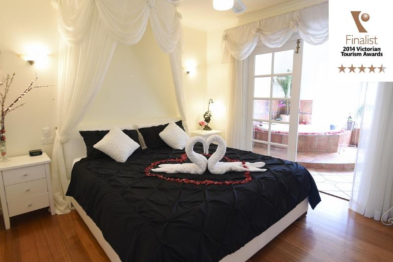 King bed and double spa - Lakeside Cottage Luxury B & B - Kilsyth - rentals