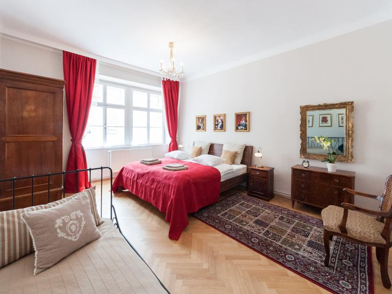 Red bedroom: one king size and one single bed - Allegro - Large flat steps away from the Cathedral - Vienna - rentals