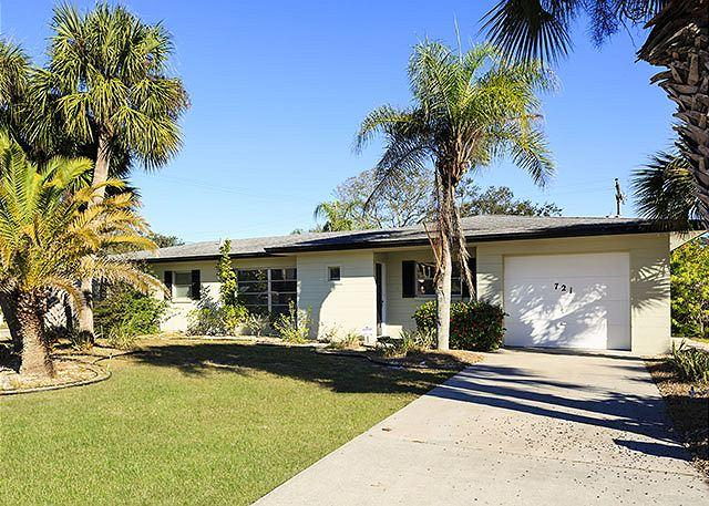 Palm trees, blue sky, and sandy lawns -- Venice Island bliss! - Sandpiper House, 3 Bedrooms on Venice Island - Venice - rentals