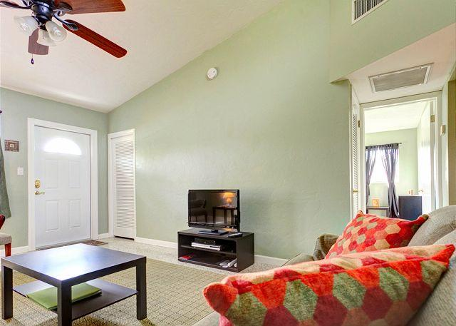Our newly renovated house has HDTV and free WiFi! - Venice Harbor 606 near beach on Venice Island, HDTV, Newly Furnished - Venice - rentals