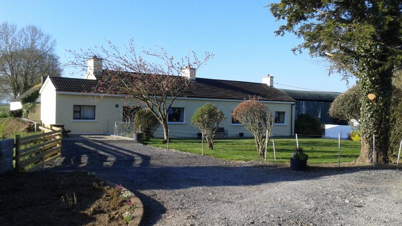 This - Old StyleTraditional Irish Farm House is in a very central location for visiting Ireland. - Old - Style - Traditional Farmhouse with Free WiFi - Doon - rentals