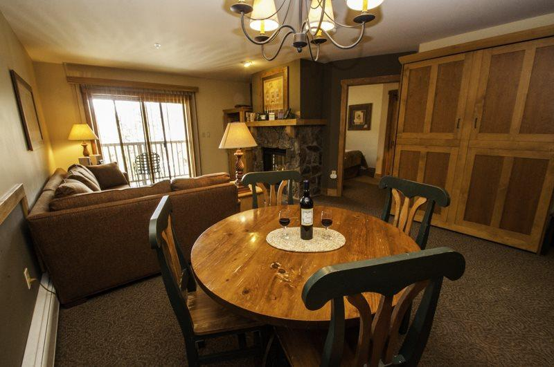 Dining and living area  - Red Hawk Lodge 2286 - Rare one bedroom, two bath, sleeps 6, amazing views, walk to slopes! - Keystone - rentals