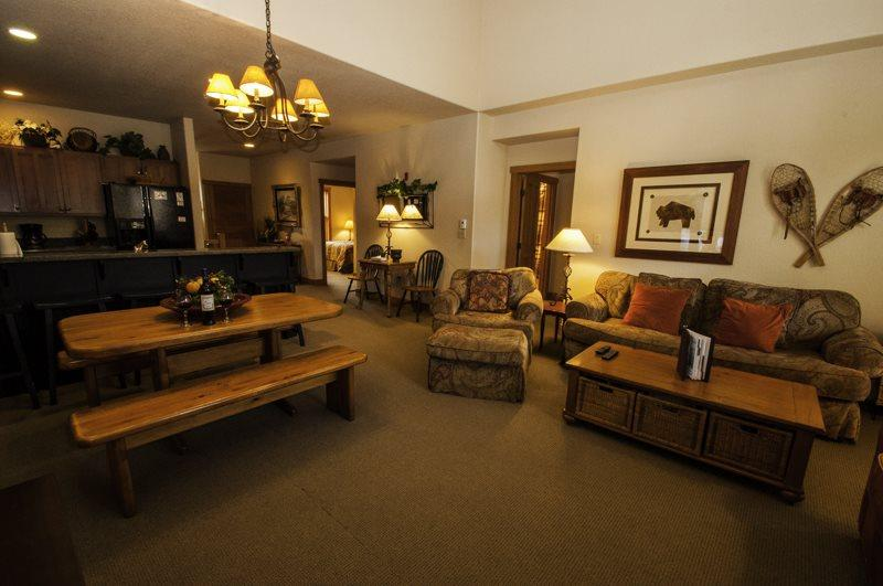 Spacious living room - Red Hawk Townhome 2337 - Spacious, three level property with washer/dryer, walk to slopes! - Keystone - rentals