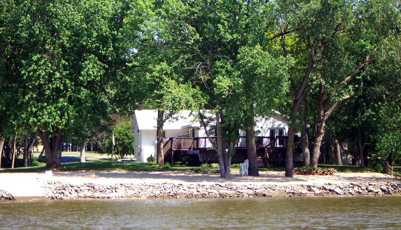 Large deck seats 24 persons...Gas grill too! - TIMEAWAY LODGE riverfront retreat sleeps up to 17. - Rockford - rentals