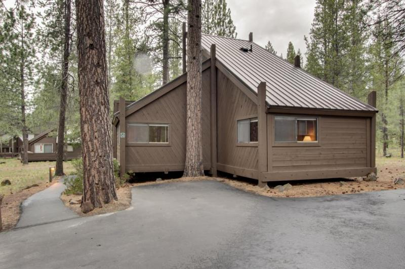 Classic and cozy Sunriver condo next to SHARC! - Image 1 - Sunriver - rentals