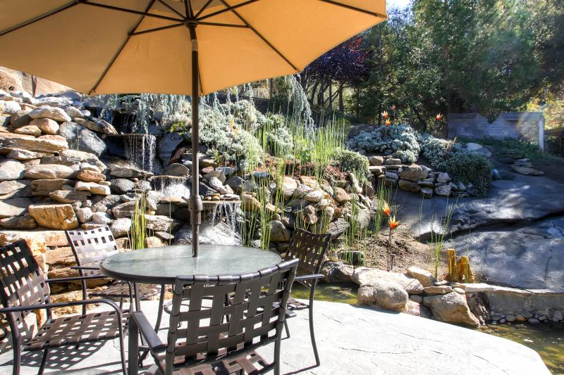 Granite waterfall outside the master bedroom - Fishermens Oasis, wifi, XBOX, close to Yosemite! - Oakhurst - rentals