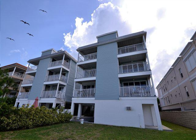 SIV-F Bright, beachy Gulf front - heated pool, WiFi, 52 in Flatscreen HDTV - Image 1 - Indian Rocks Beach - rentals