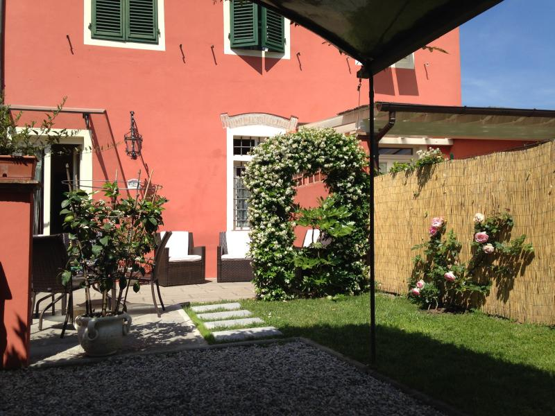 outside area - Lucca Villino Franca in town A/C,garden/park.&WiFi - Lucca - rentals