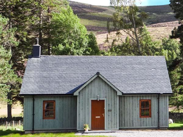 MORVEN COTTAGE, single-storey lodge with multi-fuel stove, hot tub, fishing, close Ballater Ref 15508 - Image 1 - Ballater - rentals