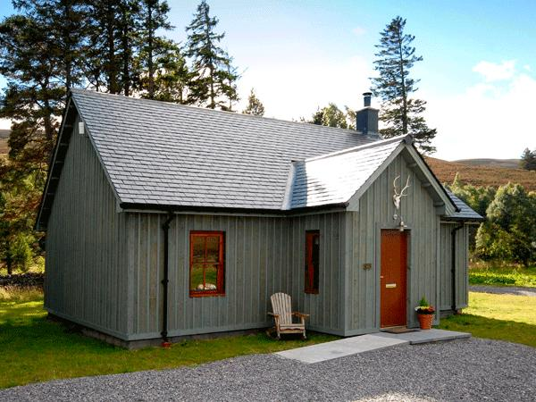 CORNDAVON COTTAGE, single-storey lodge with multi-fuel stove, hot tub, fishing, countryside near Ballater Ref 15509 - Image 1 - Ballater - rentals