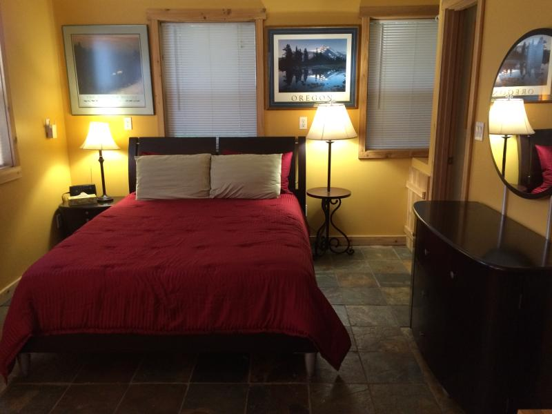 Queen bed with 400 count 100% cotton sheets - PET friendly Cozy Cottage in the Kootenay Rockies - Nelson - rentals