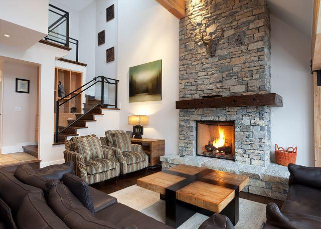Spacious Living Area with Fireplace - Pinnacle Ridge 21 | Whistler Platinum | Close to Ski Access, Private Hot Tub - Whistler - rentals