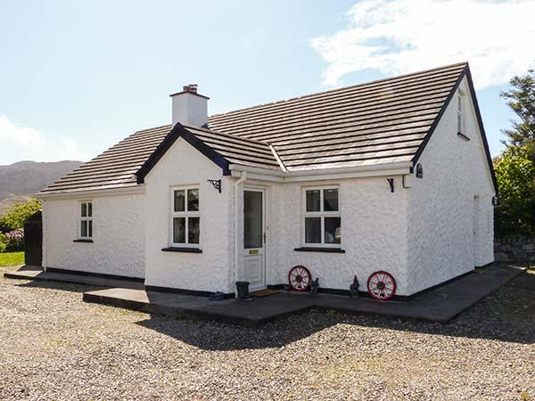 STONEY COTTAGE, family friendly, with a garden in Tully, County Galway, Ref 4402 - Image 1 - Tully - rentals