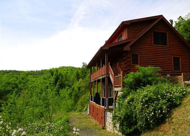 """RAZORBACK RUN""  Luxurious Cabin W/Fantastic Mountain Views, Hot Tub, & WiFi! - Image 1 - Fleetwood - rentals"
