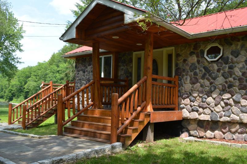 front porch - prestige waterfront custom log home - Hancock - rentals