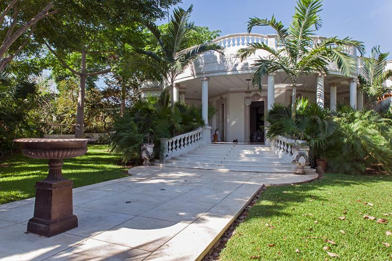 The main facade and fountain at the entrance - Hacienda Bacoc - Acanceh - rentals