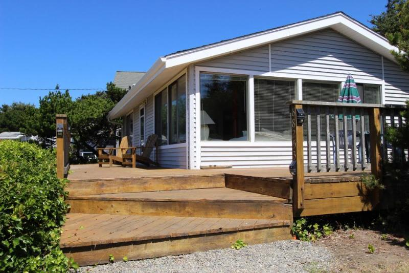 Cozy oceanfront cottage with WiFi and cable! - Image 1 - Florence - rentals