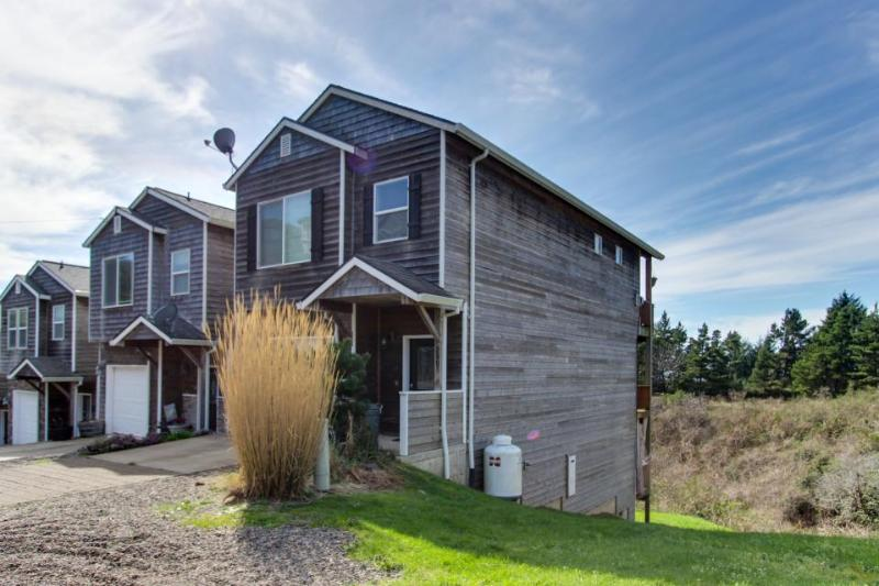 Pet-friendly with a private hot tub, spacious deck! - Image 1 - Oceanside - rentals