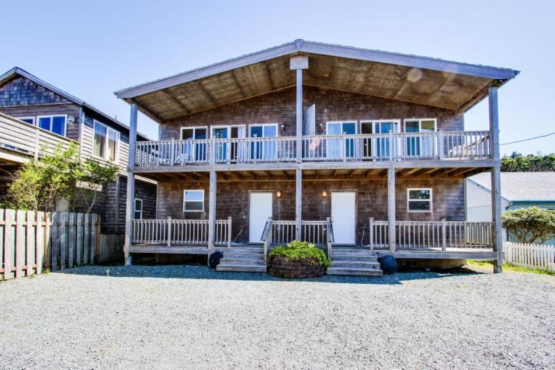 Sunny duplex with ocean views, space for 20 & pets ok! - Image 1 - Rockaway Beach - rentals