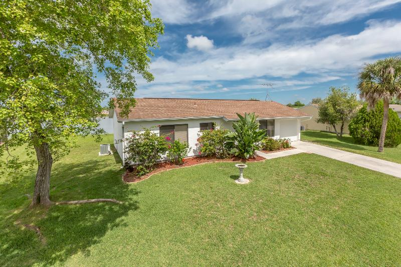 Addy by the Lake with 4 sleeps and heated pool - Image 1 - Port Charlotte - rentals