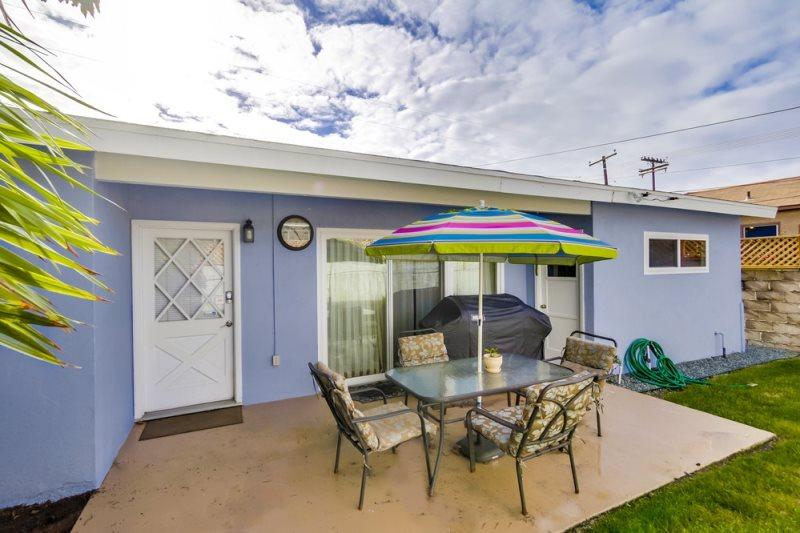 Lovely, quiet back patio to sit and enjoy your coffee, tea, or just relax - Pacific Beach pet friendly 2bd Home with Fenced Yard, BBQ, Bikes, WiFi, - Pacific Beach - rentals