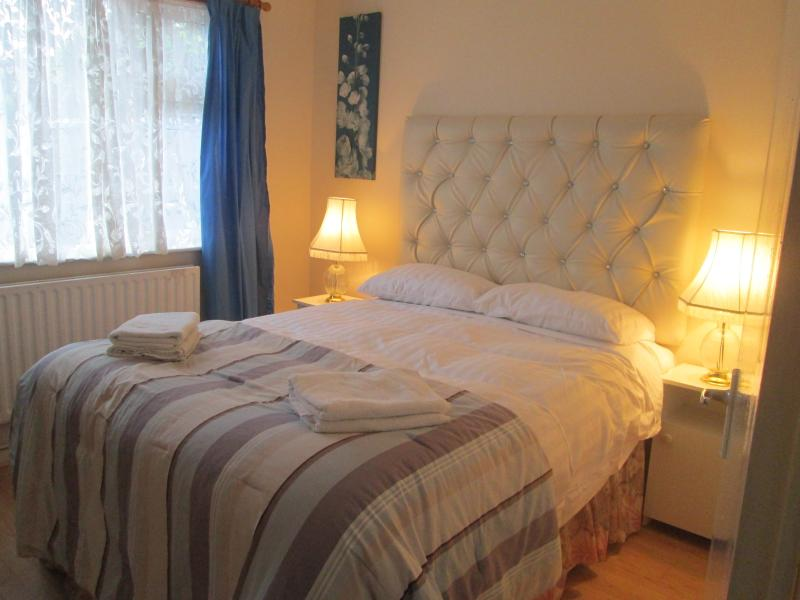 king size bedroom in farmhouse - Holiday home IN QUITE AREA - Caherconlish - rentals