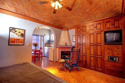 Charming Mexican decor: Tiled fireplace, boveda ceiling - Actors' Studios: Anthony Quinn studio DOWNTOWN - San Miguel de Allende - rentals