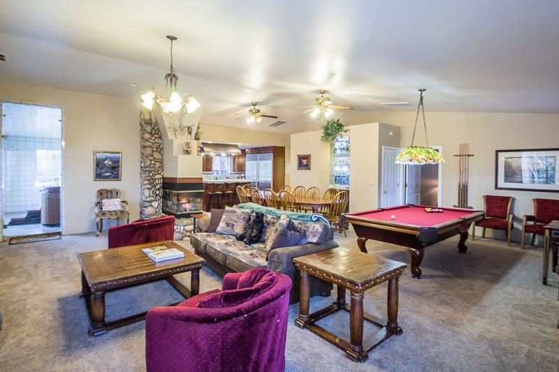 View of the living room, dining & kitchen area. (Pull out queen size sofa) - Luxury 3 bedroom designed for entertaining! Wifi! - Yosemite National Park - rentals