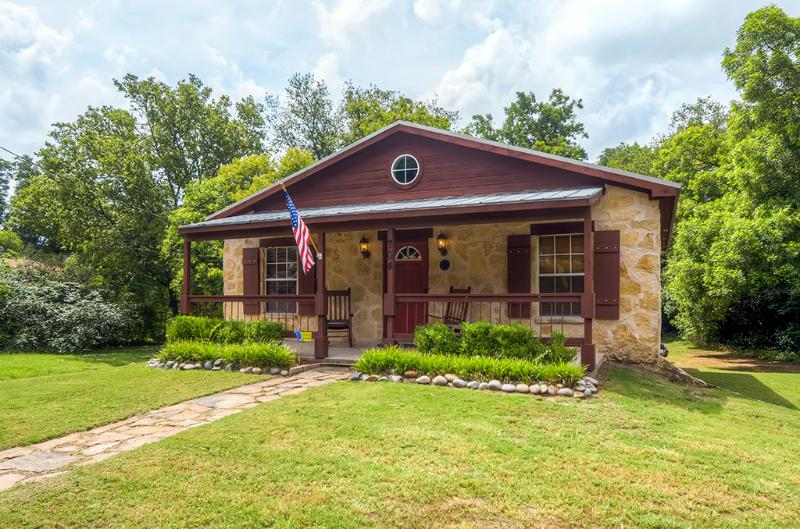 Two blocks from historic downtown Glen Rose, TX! - Beautiful & Newly Renovated Cottage in Glen Rose - Close to Downtown Attractions! - Glen Rose - rentals