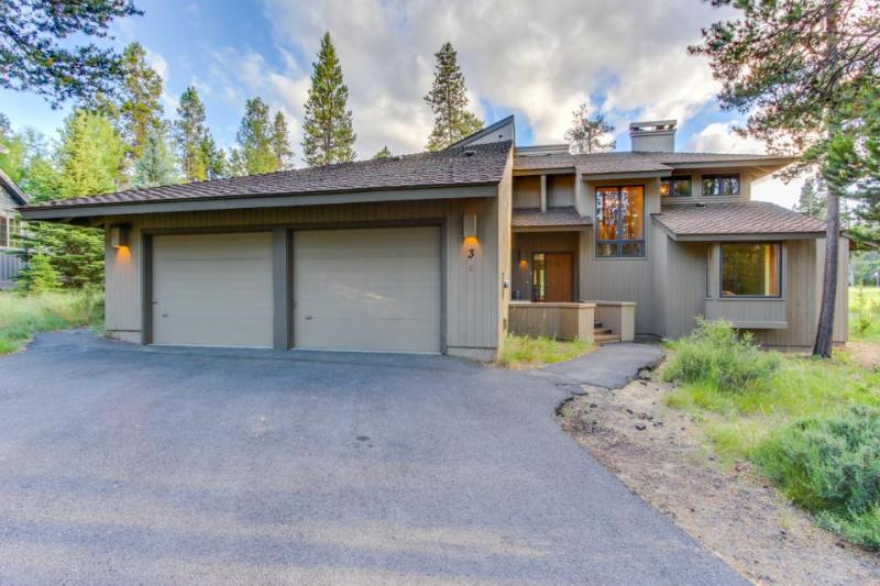 Private hot tub and sauna, space for 12, pets ok - Image 1 - Sunriver - rentals