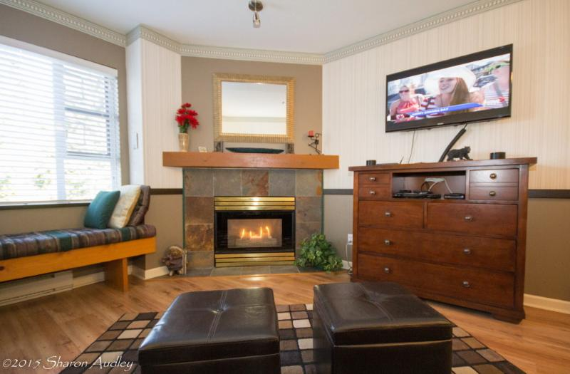 Beautiful gas fireplace in the comfortable livingroom - Executive Marketplace Self Catering Village - Whistler - rentals
