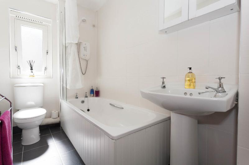 Bath Room - Holyroodhouse Palace Apartment - city centre flat - Edinburgh - rentals