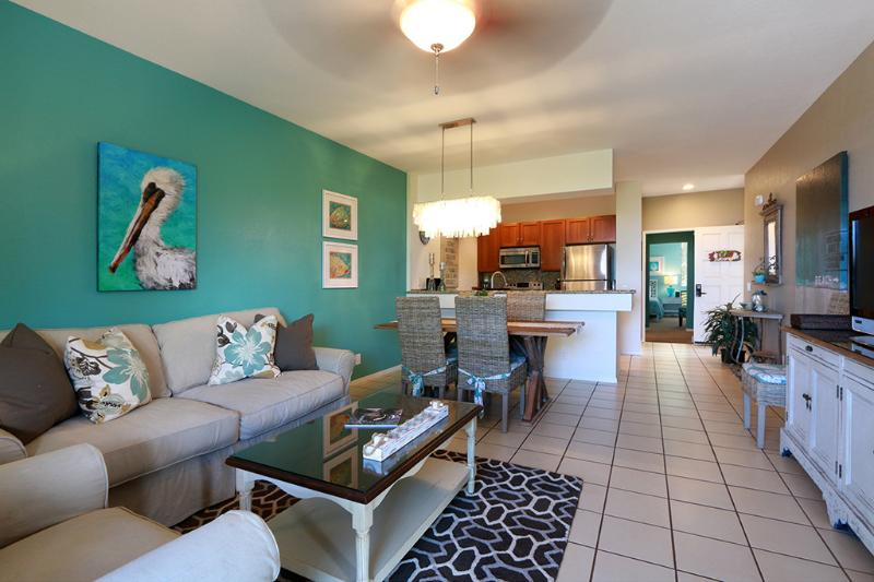 Living room with down filled queen sleeper sofa - Beach House Chic decor inspired by the Sea - Wailea - rentals